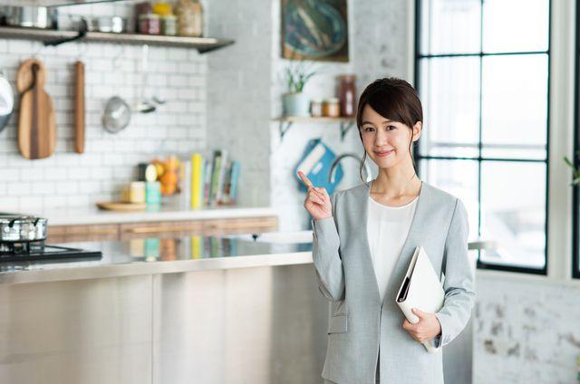 ポイントを示す、女性の不動産営業